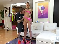 Pretty blonde spinner Emma Hix says yes in anal in the sky second date