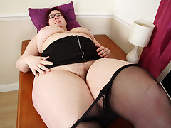 UK BBW milf Jayne Battering loves playing with her hairy fanny