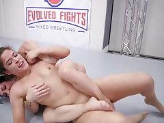 Victoria Voxxx vs Brandi Mae in hot lesbian sex fight