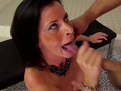 sexy reife milf fickt den hausmeister und schluckt sperma