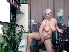 Zucchini and carrot in the mature pussy be advantageous to a MILF secretary.