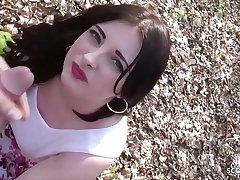 German Public - Deutsche Studentin Elisa here Berlin mitten im Park gefickt