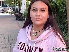 Una inocente jovencita se deja follar por dinero